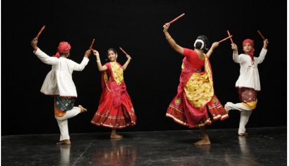 Dandiya being performed (image: http://svtemplemn.org)