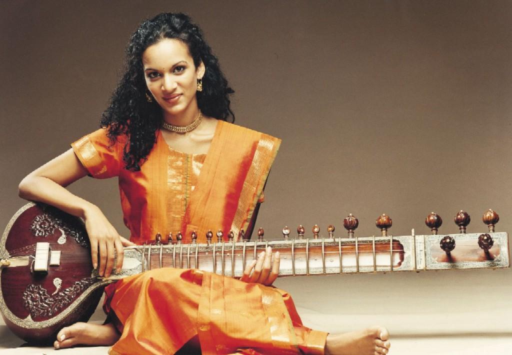 Anoushka Shankar donning the Salwar Kameez (www.toptenz.net)