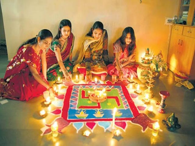 Women Making Rangoli on Diwali (Image: rangolli.blogspot)