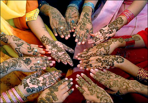 Women Decorate Their Hands in Preparation for Eid (Image: http://www.walkthroughindia.com)