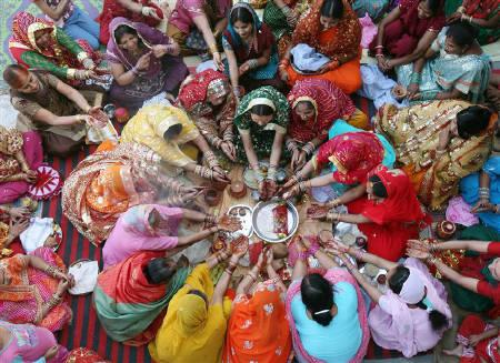 Women pray during Karwa Chauth at a temple in Chandigarh. (Image: In.reuters.com)
