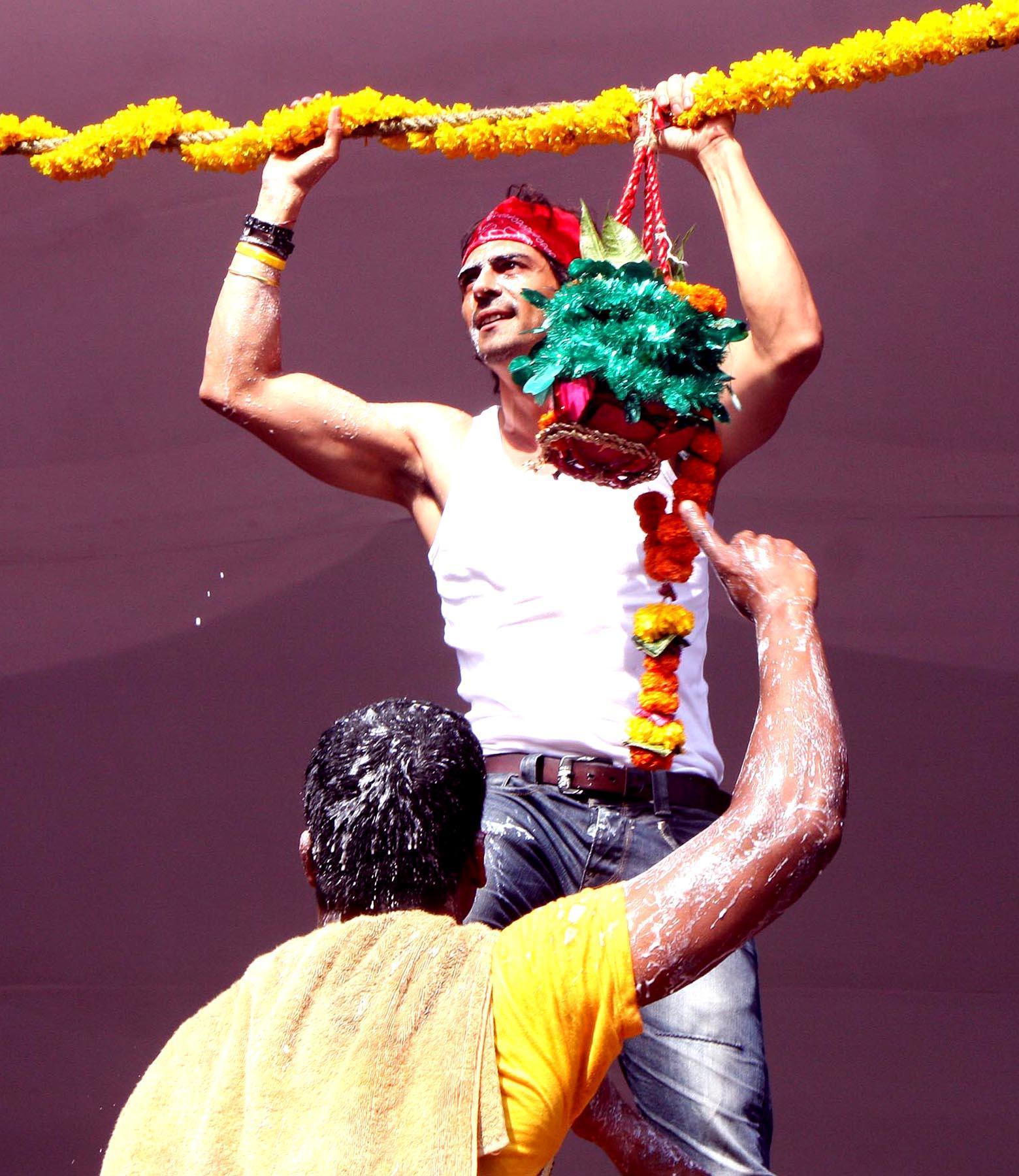 Bollywood actor Arjun Rampal participates in Dahi Handi ceremony. (Image: Newshence.com)