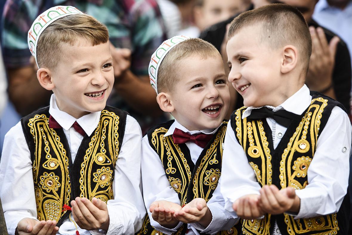Muslim children take part in a prayer during Eid in Kosovo. (Image: Ibtimes.co.uk)