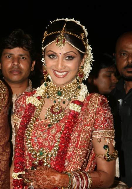 A pic of actress Shilpa Shetty wearing a Gajra. (Image: Stylecraze.com)
