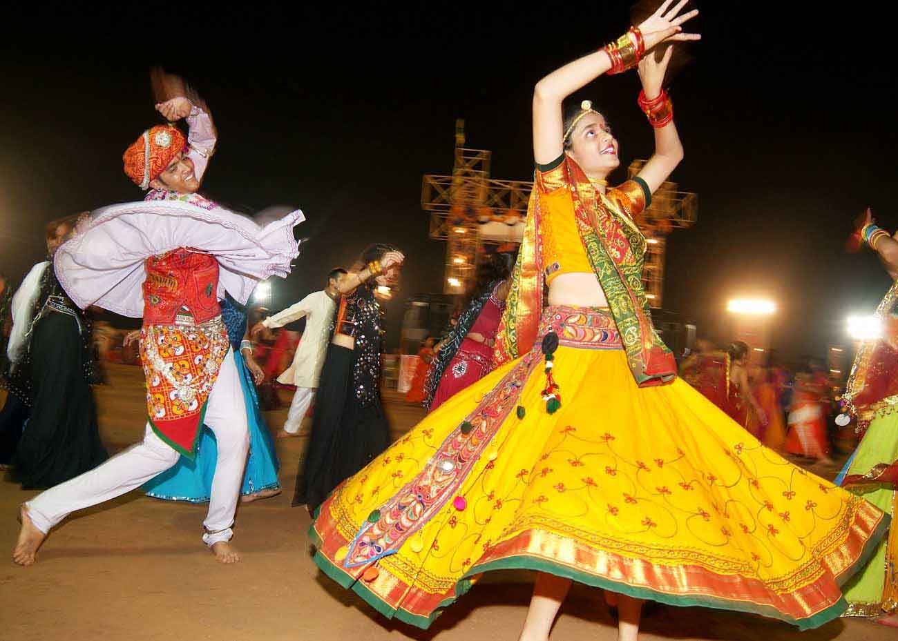 Youngsters enjoying Garba during Navratris. (Image: Weddingwowideas.com)