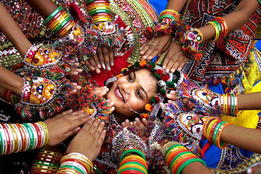 Women dress up in colorful ethnic attires during celebrations. (Image: Images.webpark.ru)